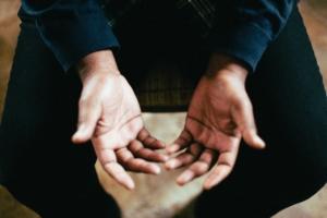 personne en train de prier
